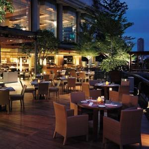 Shangri-la-Bangkok-dinner-on-the-river