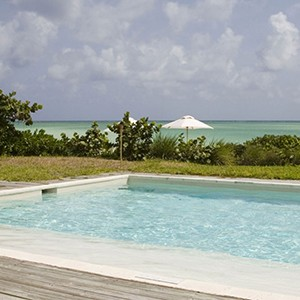 parrot cay by como - turqs and caicos lucury holidays - pool by the beach