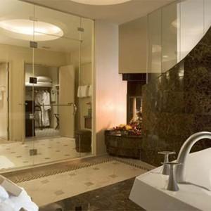 universal-hard-rock-hotel-orlando-holiday-graceland-suite-bathroom