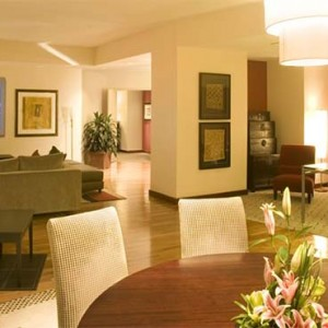 universal-hard-rock-hotel-orlando-holiday-graceland-suite-dining-room