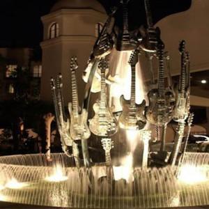 universal-hard-rock-hotel-orlando-holiday-guitar-fountain