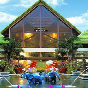 universal-loews-royal-pacific-resort-orlando-holiday-exterior
