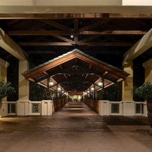 universal-loews-royal-pacific-resort-orlando-holiday-hotel-entance-walkway