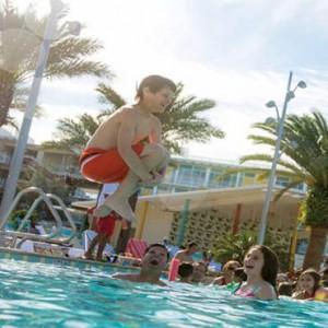universals-cabana-bay-beach-resort-orlando-holiday-kid-having-fun-in-pool