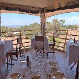 dining-serengeti-bushtops-luxury-tanzania-holiday-packages