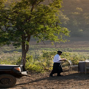 madikwe-safari-lodge-south-africa-holiday-bush-breakfast