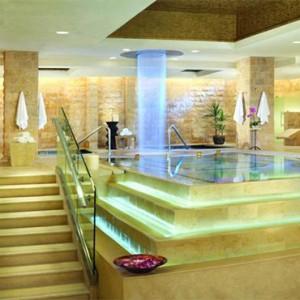 caesars-palace-las-vegas-holiday-spa-pool