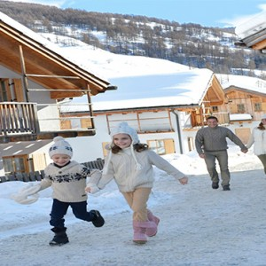 Pragelato Vialetta - Luxury Italy Holiday Packages - family in snow