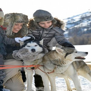 Pragelato Vialetta - Luxury Italy Holiday Packages - family with dogs in snow